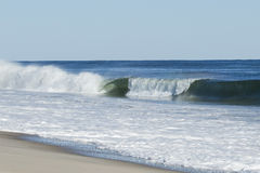 Surf& x27; s Up: Łamanie fala tworzy baryłkę Fotografia Royalty Free