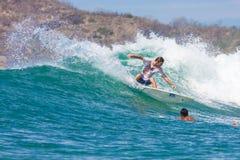 Surfa en våg Royaltyfria Foton