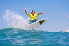 Surfa en våg Arkivbild