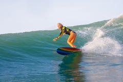 Surfa en våg Royaltyfri Bild