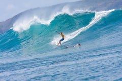 Surfa en våg Fotografering för Bildbyråer