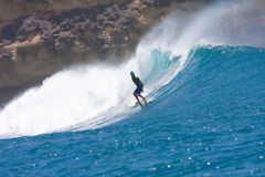 Surfa en våg Arkivfoto