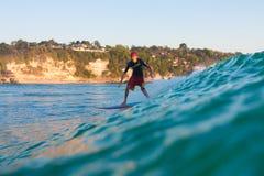 Surfa en våg Arkivbilder