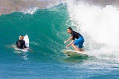 Surfa en våg Royaltyfri Foto