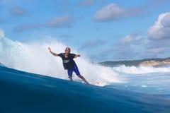 Surfa en våg Royaltyfria Bilder
