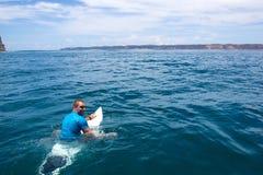 Surfa en våg Royaltyfri Fotografi