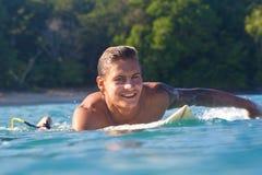 Surfa en vinka Arkivbilder