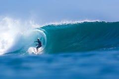 Surfa en Wave.GLand-bränning Area.Indonesia. Arkivfoton