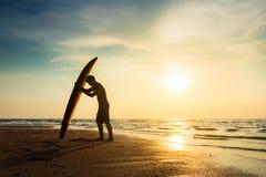Surfa för begrepp för livsstil för utomhus- aktivitet för vattensport Arkivfoton