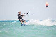 surfa för kiteboarder Fotografering för Bildbyråer