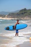 surfa för sommar för åldrig man för strand fit medel Arkivbild