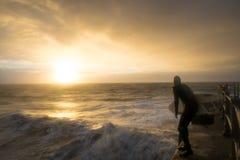 Surfa från hamnarmen på soluppgång Royaltyfri Foto