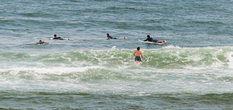 Surfa i mundaka, Spanien Royaltyfria Bilder