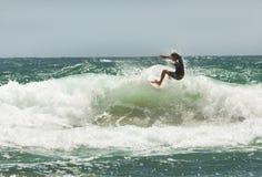 Surfa i sommaren Arkivfoto