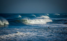 Surfa i stormen 1 Royaltyfria Bilder