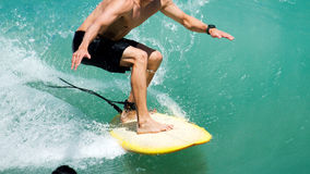 Surfa i tropiskt vatten Arkivfoton