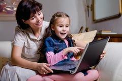 Surfa internet för dotter och för mom Royaltyfria Foton