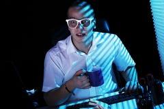 Surfa internet för Nerd på nighttimen Royaltyfria Foton