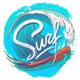 Surfa logo med det stiliserade handskrivna tecknet och färgglade havvågen som förläggas på den texturerade fläcken Fotografering för Bildbyråer