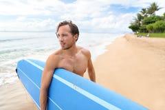 Surfa mannen med gående surfa för surfingbräda i Hawaii Arkivbild