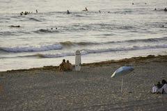 Surfa på den Stillahavs- stranden i San Diego, CA Royaltyfria Foton