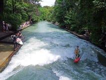Surfa på Eisbach i Central Park, Munich, Tyskland arkivbild
