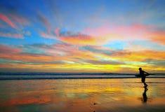 Surfa på fantastisk solnedgång, Portugal Royaltyfria Bilder