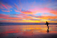 Surfa på solnedgång royaltyfri foto