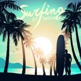 Surfa på soluppgång med en longboardsurfare Arkivbild