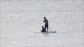Surfa på surfingbrädan för skovelbräde som håller färdig hobby stock video