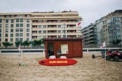 Surfa räddningsaktionkojan på stranden Royaltyfri Foto
