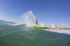 Surfa surfareSUPvatten Arkivfoto
