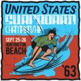 Surfa t-skjorta etikettdesign Arkivbild