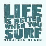 Surfa t-skjorta grafisk design Arkivbild