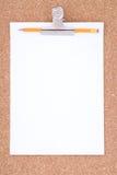 пробочка над бумажной белизной surfac карандаша paperclip Стоковое Изображение RF