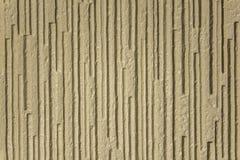 Surface approximative beige blanche jaune grise avec le soulagement profond et les ombres, lignes verticales image libre de droits