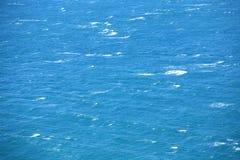 Surface bleue d'eau de mer photographie stock