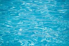 Surface bleue de l'eau d'ondulation avec la réflexion du soleil Photos stock