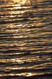Surface brillante de l'eau de coucher du soleil de couleur chaude sans couture de texture Images libres de droits