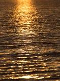 Surface brillante de l'eau de coucher du soleil de couleur chaude sans couture de texture Image stock