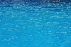 Surface d'ondulation de l'eau bleue Fond de l'eau de piscine photographie stock
