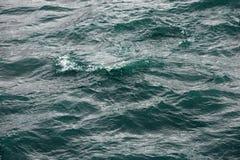 Surface de ébullition de l'eau sous l'influence du vent violent Éclabousse et se laisse tomber de la dispersion de l'eau dans dif Photo libre de droits