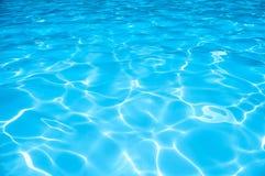 Surface de l'eau bleue d'ondulation dans la piscine image stock