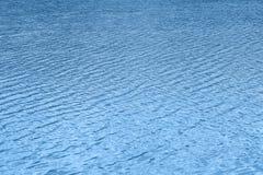 Surface de l'eau bleue Ondulation de l'eau lac, rivière, mer Photographie stock libre de droits
