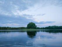 Surface de lac à la soirée en Lettonie, l'Europe est Paysage avec l'eau et la forêt photo libre de droits