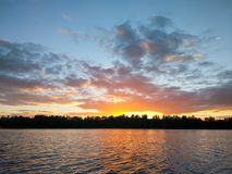 Surface de lac à la soirée en Lettonie, l'Europe est Paysage avec l'eau et la forêt images stock