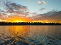 Surface de lac à la soirée en Lettonie, l'Europe est Paysage avec l'eau et la forêt photo stock