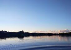 Surface de lac à la soirée en Lettonie, l'Europe est Paysage avec l'eau et la forêt image stock