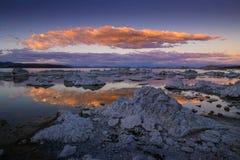 Surface de lac mono en Californie avec la réflexion d'un coucher du soleil nuageux photo stock
