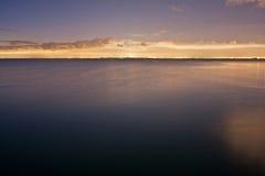 Surface douce de l'eau avec les lumières éloignées de Melbourne photographie stock libre de droits